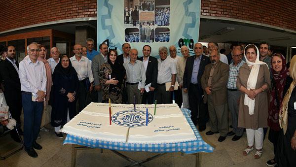 کلیپ: بریدن کیک تولد ۵۰ سالگی رشته ی مهندسی صنایع توسط پروفسور حجی